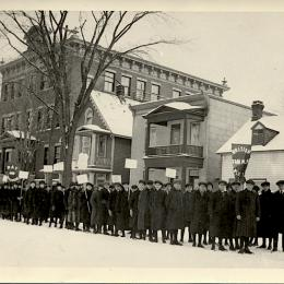 Protest in front of Guigues school in Ottawa (Ontario), February 1916